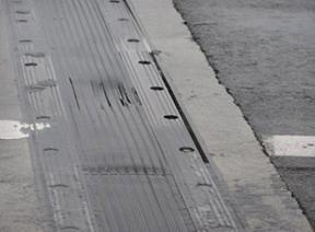 Boutverbinding klemconstructie trilt los. Scheuren dwars op en in lengterichting van rubber tussen perforaties.